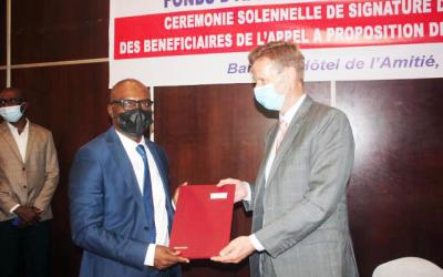 La CNDH, Bénéficiaire de  Guichet A, signe le document de contrat de performance du FAMOC